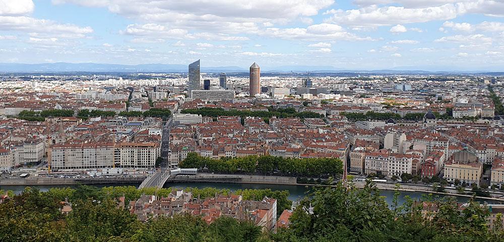 Was bei einem Städtetrip Lyon - der Ausblick auf Lyon zwischen Notre Dame de Fourvière und dem Tour Métallique de Fourvière.
