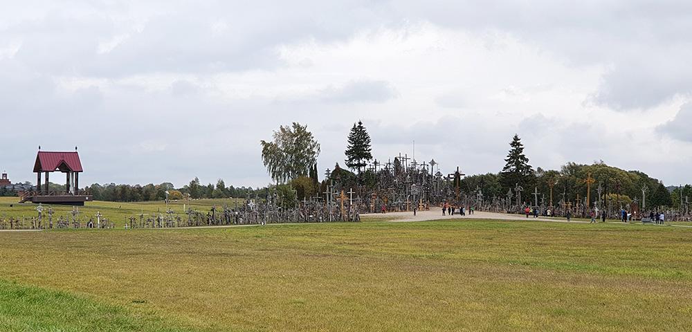 Blick von der Straße auf den Berg der Kreuze