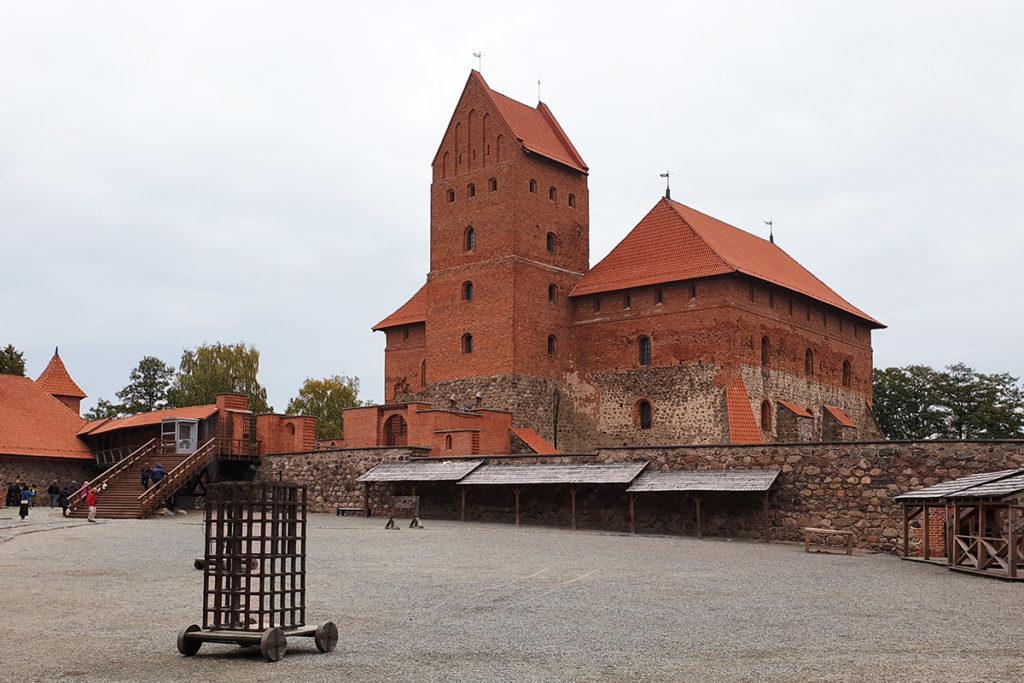Blick in den Burghof der Burg Trakai