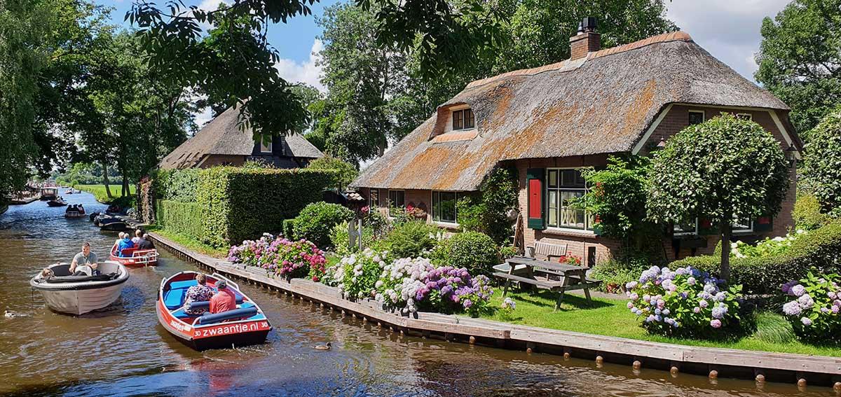 Bootstour durch Giethoorn - Holland - Niederlande - Bovenwijde - Blick von einer Brücke