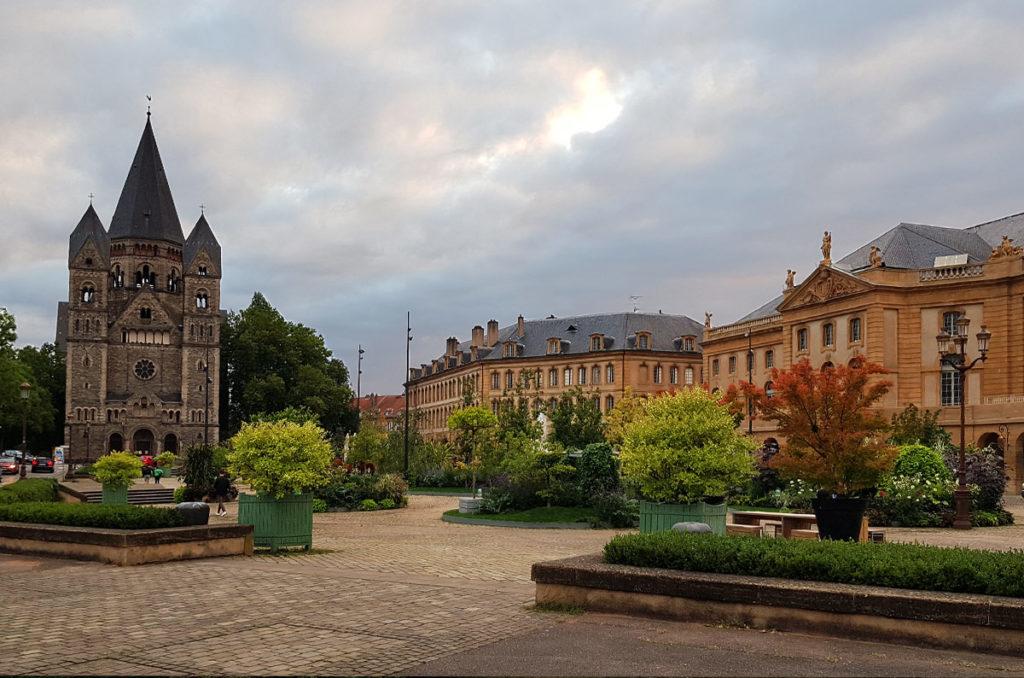 Place de la Comedie und Temple Neuf
