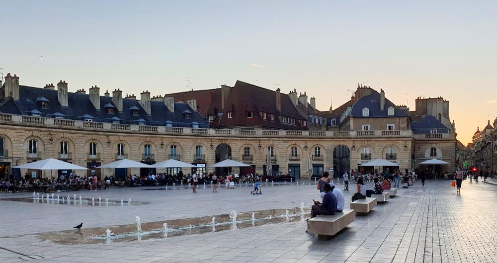 Der Place de la Libération am Abend