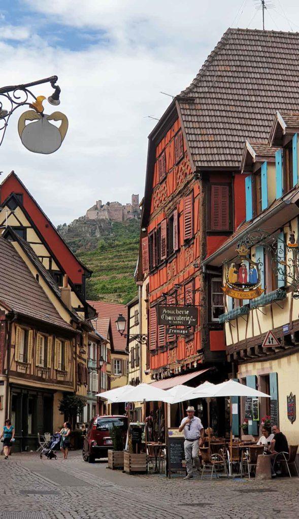 Ribeauville mit Burg im Hintergrund