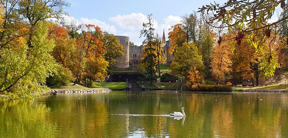 Schlosspark und Schwertbrüderordensburg Wenden in Cesis