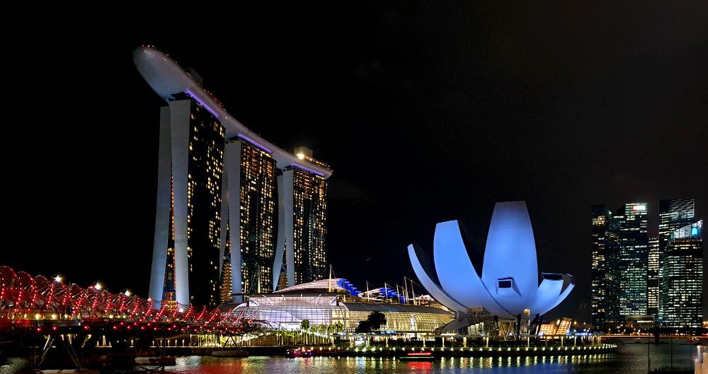 Luxushotel Marina Bay Sands, Helix Bridge und ArtScience Museum bei Nacht - Singapur